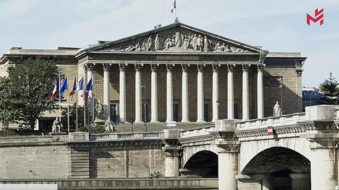 【新闻简讯】法国政府提出五年任期内的最后一份预算,受到反对派强烈批评